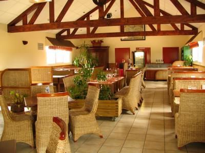 La salle de restaurant du Tinajo au camping utah beach